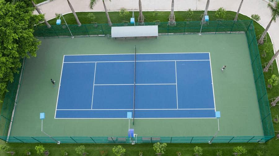 Sân tennis rộng rãi, hiện đại