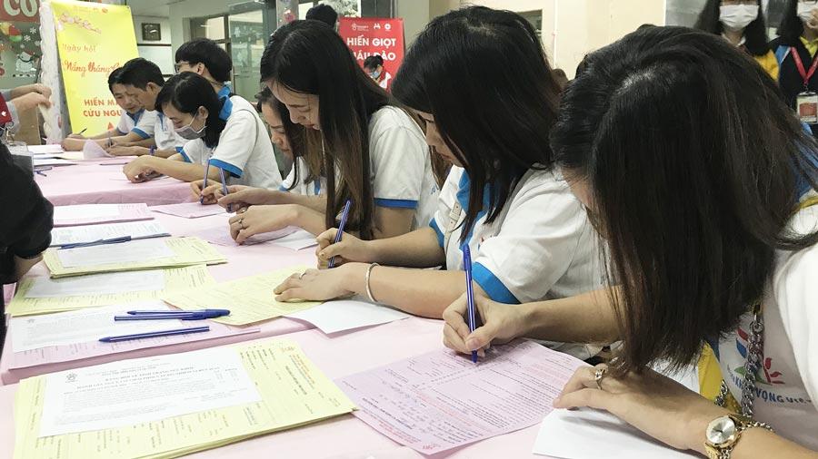 Rất đông nhân viên Công ty tham gia ngày hội hiến máu nhân đạo
