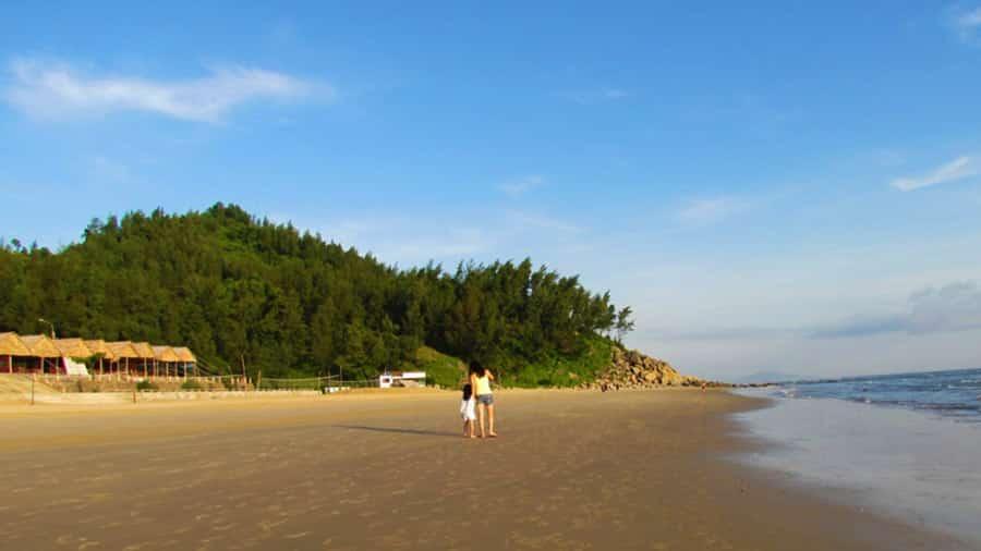 Tắm biển và đi dạo trên biển tại núi Thiên Cầm