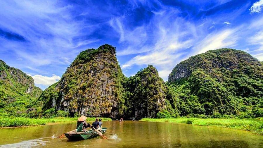 Đi thuyền khám phá các hang động tại Tràng An