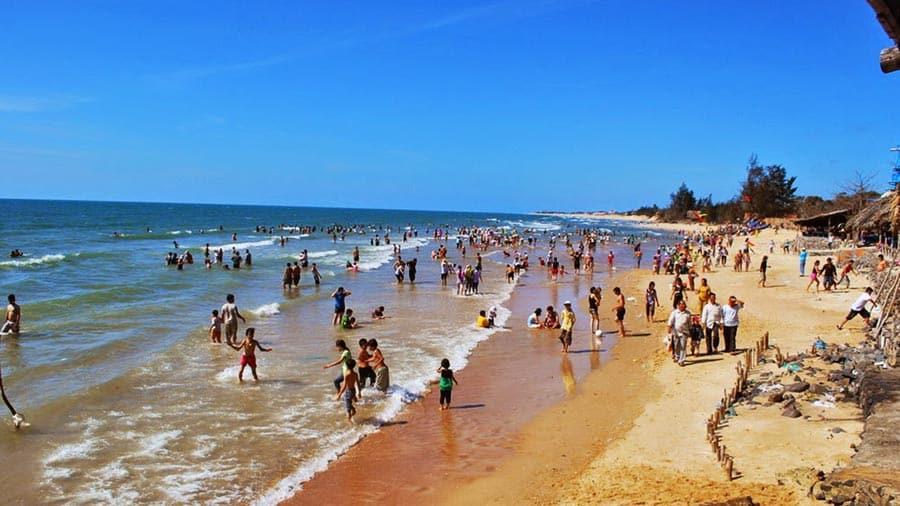 Hoà mình vào làn nước mát lạnh của bãi biển Thiên Cầm