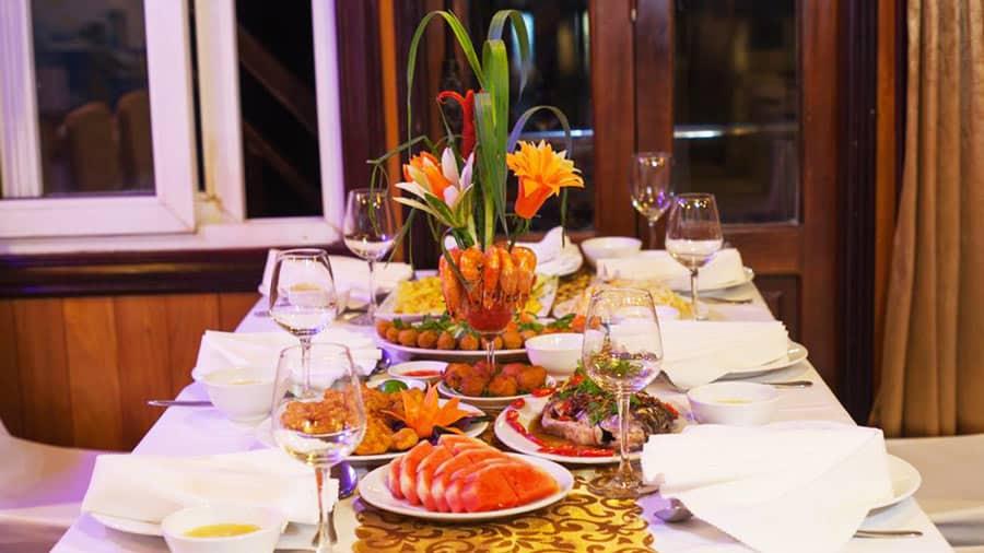 Dùng bữa tối hải sản thịnh soạn trên tàu