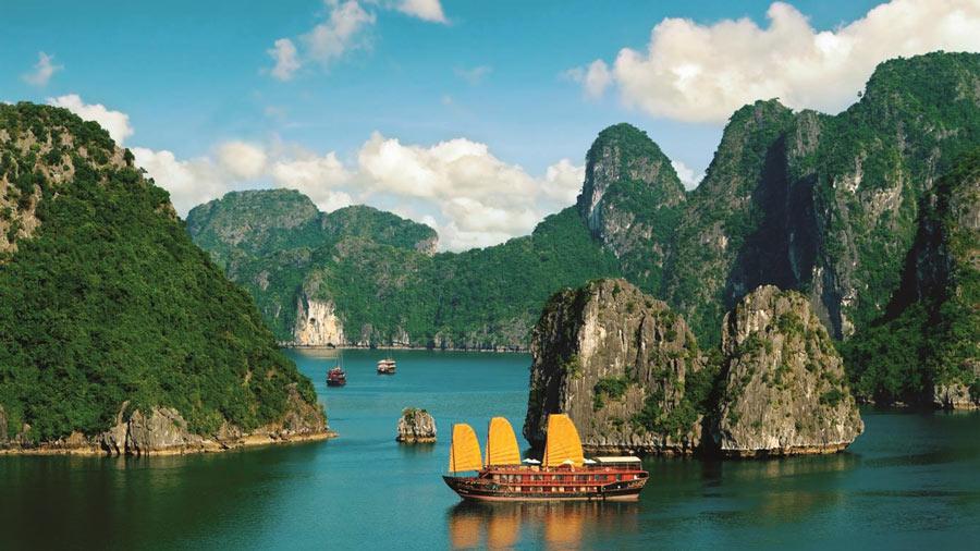 Hạ Long mang vẻ đẹp đắm say, hút hồn khách du lịch