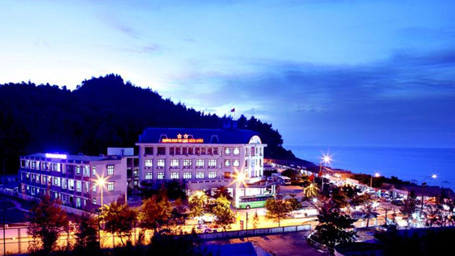 Khách sạn Công Đoàn lung linh về đêm bên cạnh biển Thiên Cầm