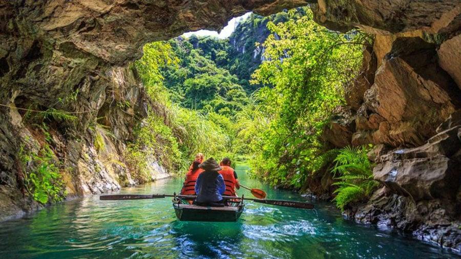 Hành trình khám phá hang động Tràng An hứa hẹn sẽ vô cùng thú vị