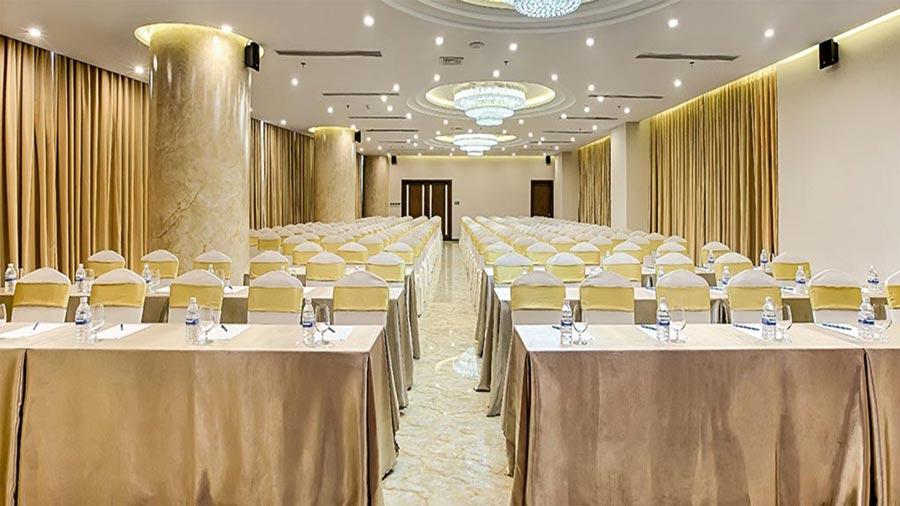 Phòng hội thảo với sức chứa hơn 300 người cùng hệ thống âm thanh, máy chiếu hiện đại