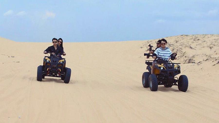 Cảm giác thật tuyệt vời khi bạn ngồi trên chiếc mô-tô, ô tô nhiều màu sắc khác nhau chạy trên cát