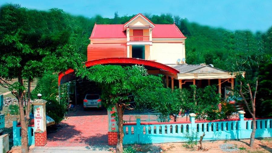 Nhà nghỉ Hùng Hằng được bao bọc bởi màu xanh ngút ngàn của núi rừng