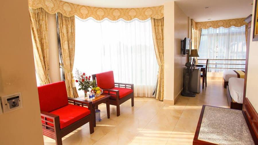 Phòng tại khách sạn có đầy đủ tiện nghi, trang trí gọn gàng, tinh tế