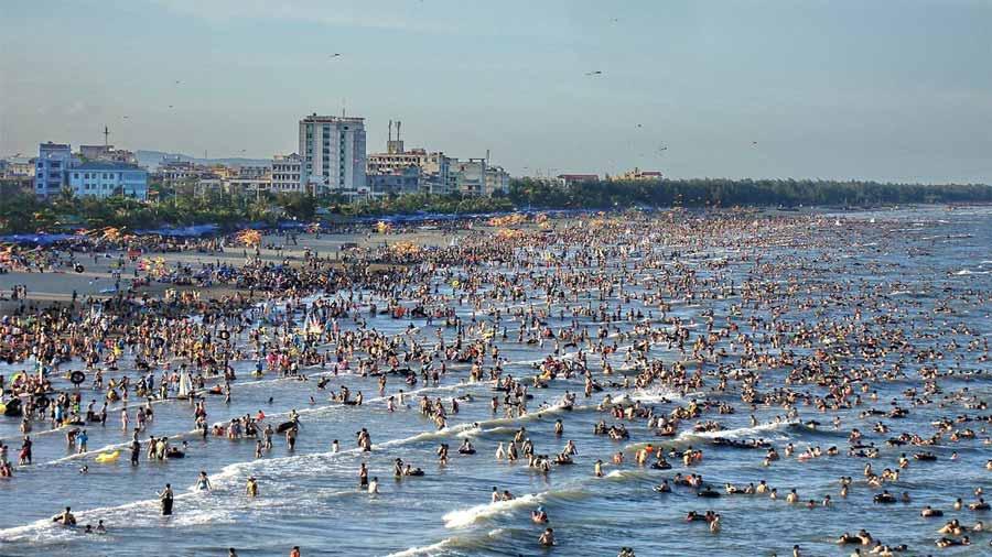 Biển Hải Tiến đông khách du lịch ngày hè