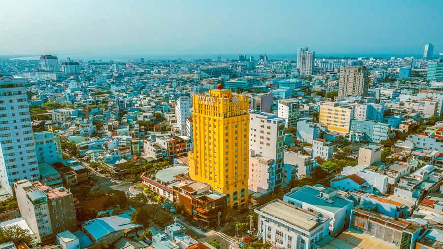 Fivitel Boutique Đà Nẵng như một tòa lâu đài rực rỡ, hoa lệ nổi lên giữa thành phố