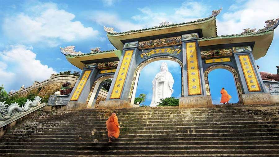 Du khách cần lưu ý ăn mặc phù hợp với không khí trang nghiêm, thanh tịnh của chùa