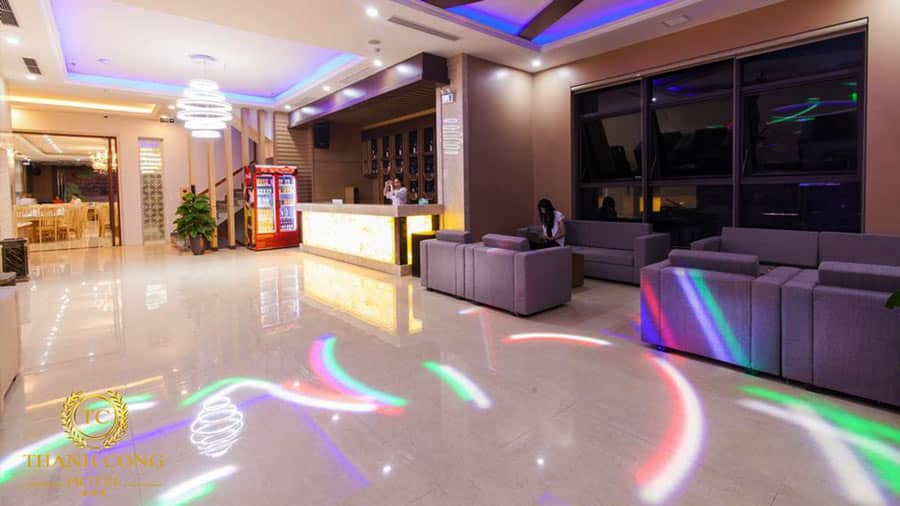 Không gian khách sạn rộng rãi, sạch sẽ và hiện đại