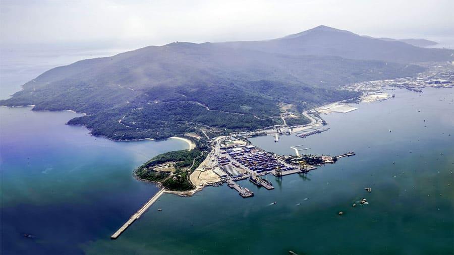 Chùa Linh Ứng Bãi Bụt nằm bên sườn đông của bán đảo Sơn Trà - bán đảo độc nhất vô nhị Việt Nam