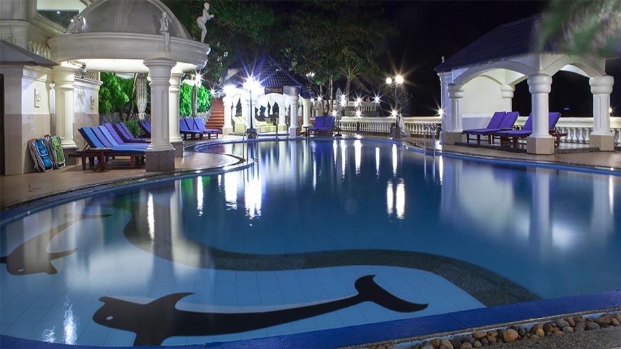 Bể bơi khách sạn được thiết kế tinh tế, hiện đại