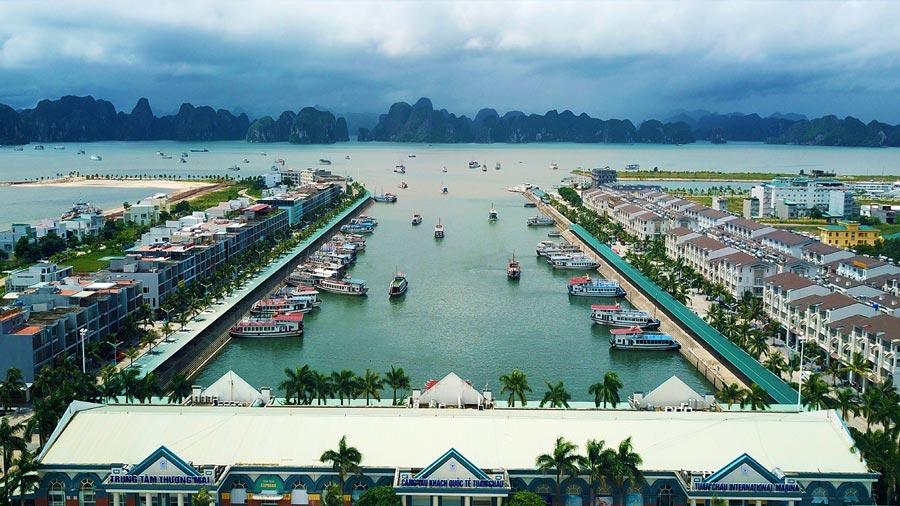Cảng Tuần Châu luôn tấp nập phà và các du thuyền chuyên chở khách du lịch