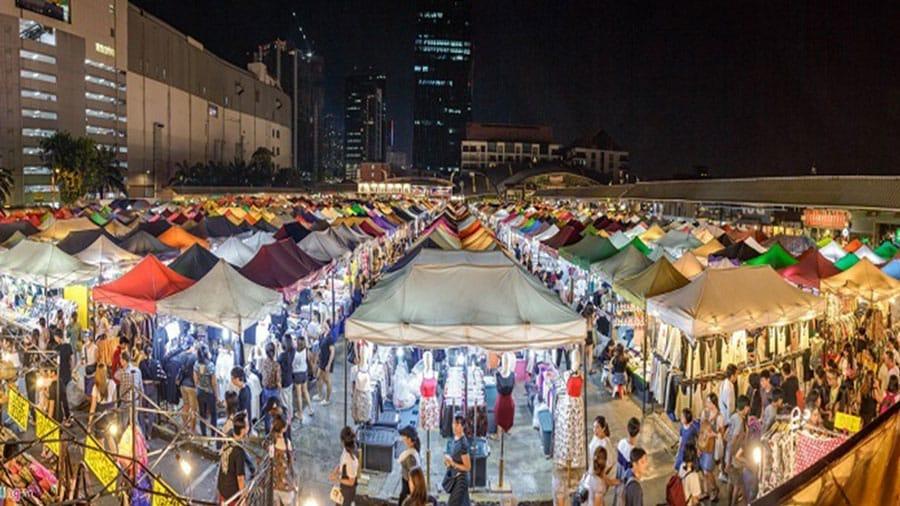 Khu chợ đêm bày bán đa dạng các sản phẩm với mẫu mã và màu sắc phong phú