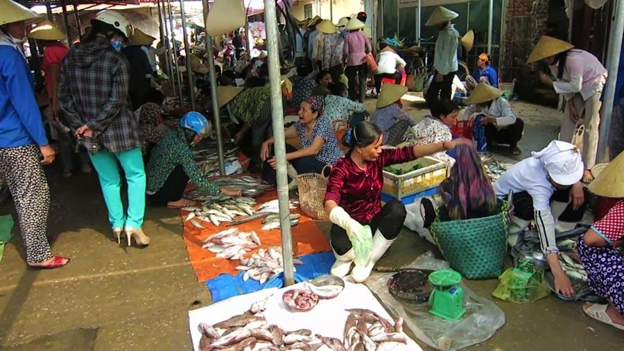 Chợ hải sản Hải Tiến hay còn gọi là chợ Hón