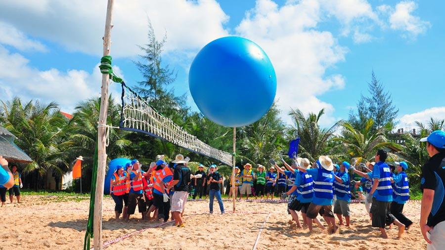Chơi bóng chuyền trên bãi biển sẽ là hoạt động vô cùng thú vị
