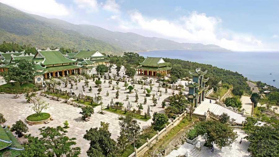 Chùa Linh Ứng là công trình độc đáo kết hợp khéo léo giữa vẻ đẹp hiện đại và vẻ đẹp truyền thống của chùa chiền Việt Nam.