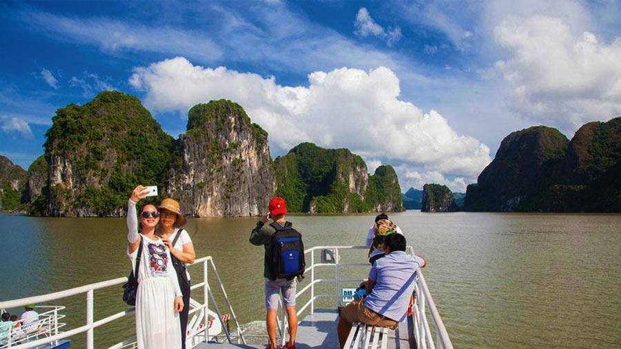 Từ Phà Tuần Châu có thể quan sát được cảnh sắc thiên nhiên tuyệt đẹp