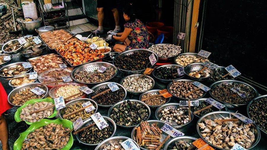 Khu vực bán hải sản tại chợ Cát Bà vô cùng phong phú