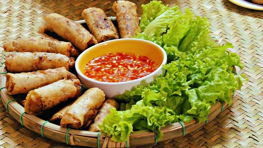 Thưởng thức món nem rán truyền thống Việt Nam