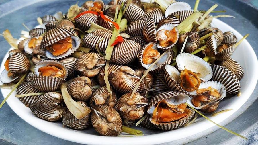Chợ hải sản Hải Tiến nguồn cung cấp ngao, sò đảm bảo với giá cả hợp lý hơn so với các địa điểm khác