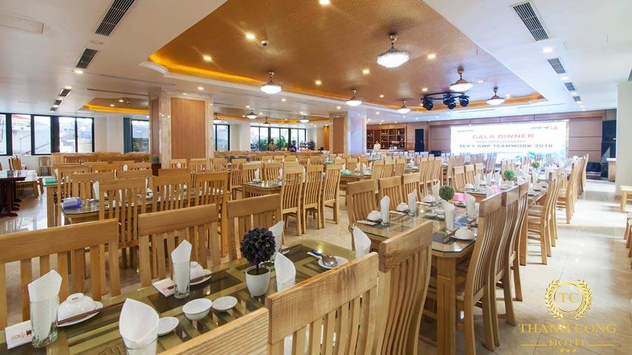 Khách sạn sở hữu hệ thống nhà hàng cao cấp đáp ứng nhu cầu của khách du lịch đến ăn uống từ 100 đến 600 người