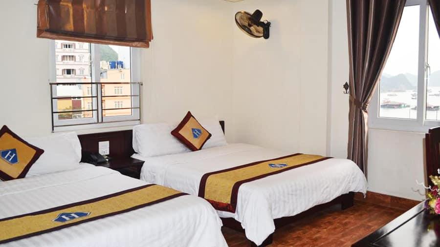 Phòng giường đôi tại khách sạn có hướng biển và hướng thành phố