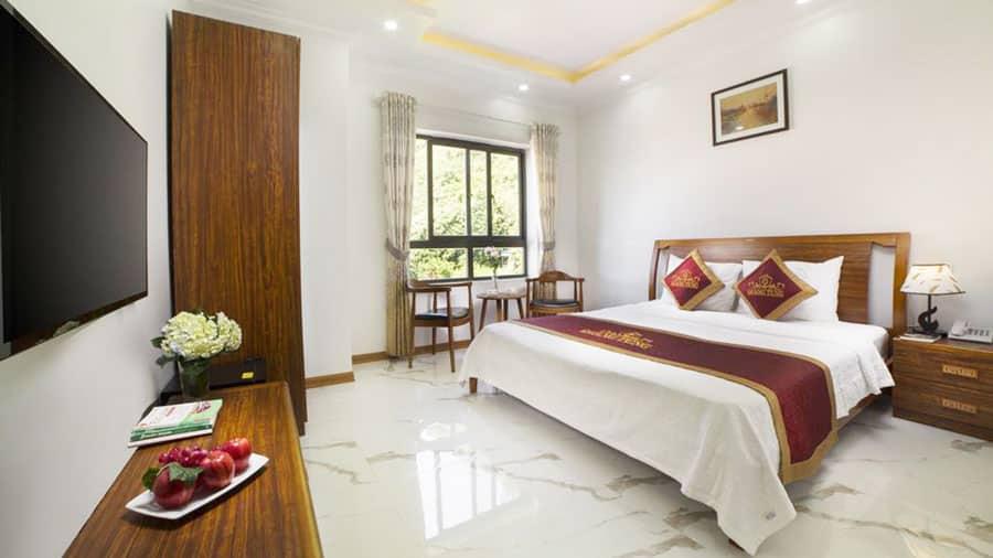Phòng ngủ tại khách sạn rộng rãi, tiện nghi
