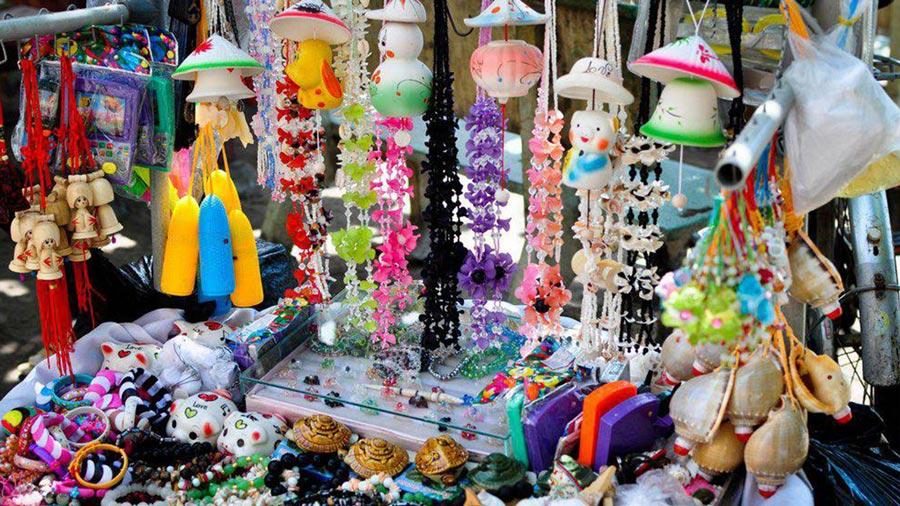 Quà lưu niệm là mặt hàng được bày bán rất nhiều tại chợ Hạ Long