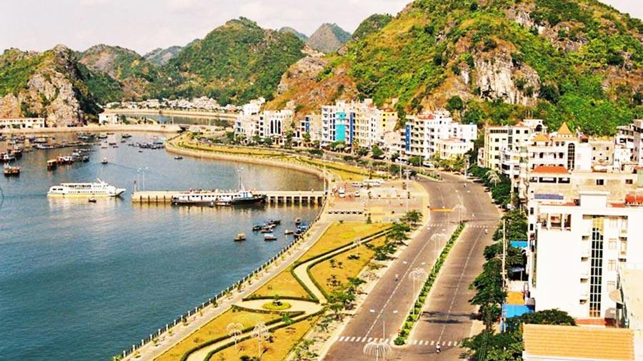 Từ khách sạn có thể phóng tầm nhìn ôm trọn nước non, núi đồi tại đảo Cát Bà