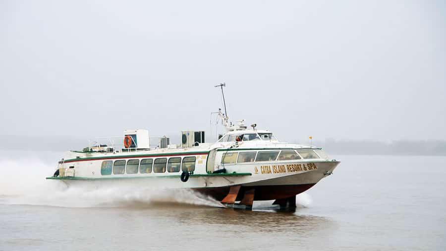 Tàu cao tốc tiết kiệm đáng kể thời gian ra đảo Cát Bà