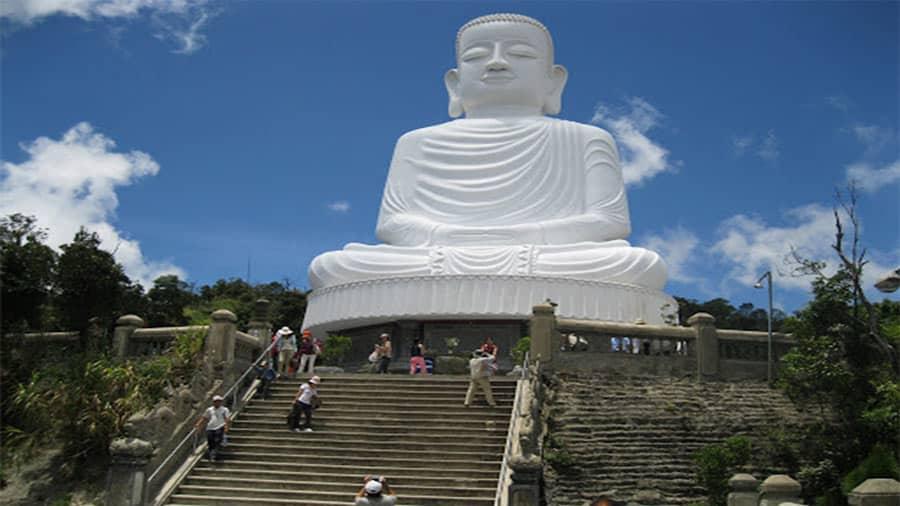 Chùa Linh Ứng Bà Nà sở hữu tượng Phật Bổn Sư Thích Ca Mâu Ni tạc bằng đá trắng