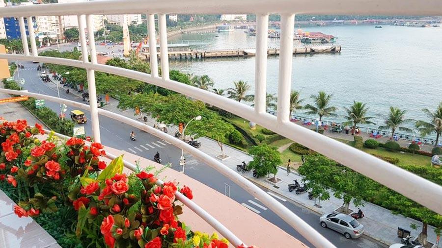 Đứng từ khách sạn Thảo Minh có thể quan sát toàn bộ khung cảnh biển