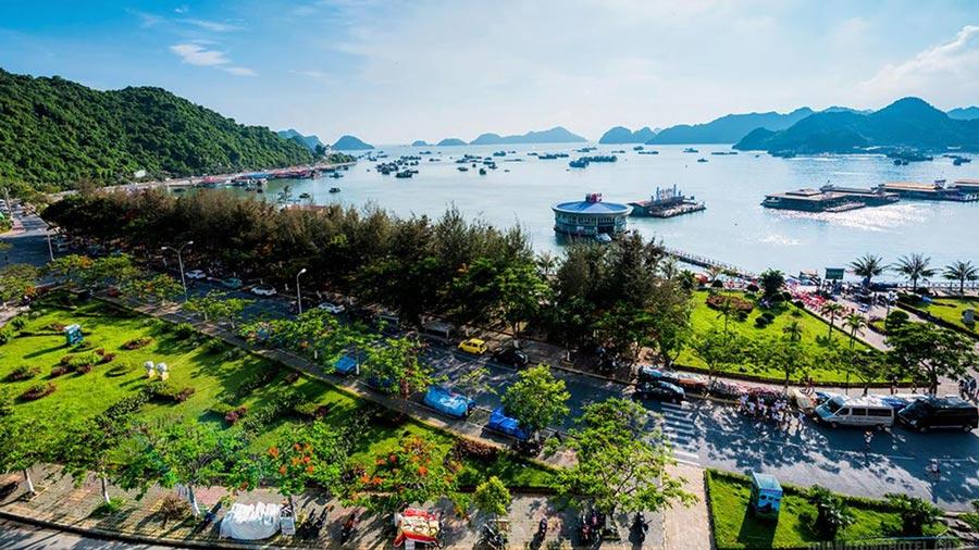 Từ khách sạn có thể chiêm ngưỡng khung cảnh biển Cát Bà hùng vĩ, nên thơ