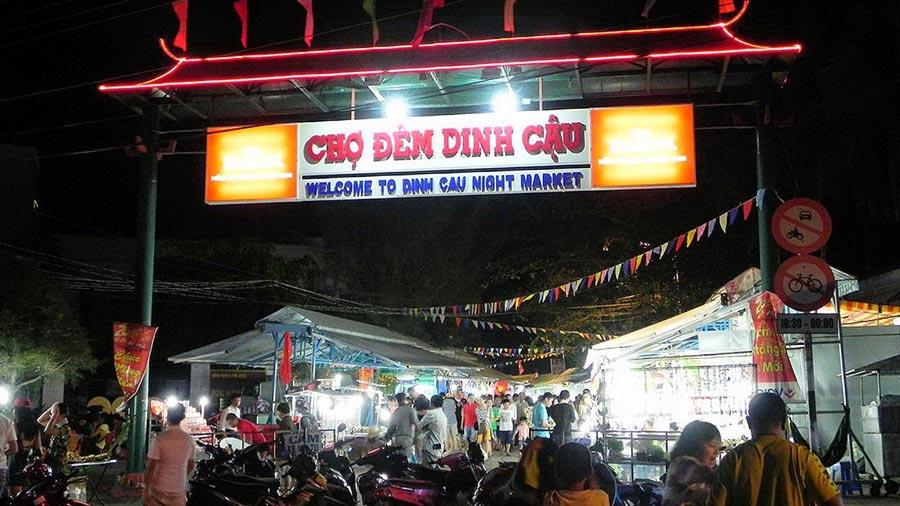 Chợ đêm là địa điểm mà du khách dừng chân lâu nhất khi tham quan Dinh Cậu,