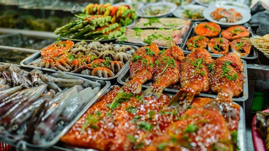 Thưởng thức các món ăn hải sản tại Dinh Cậu