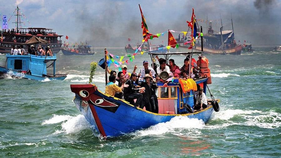 Hoạt động đua thuyền trong một Lễ hội tại Dinh Cậu