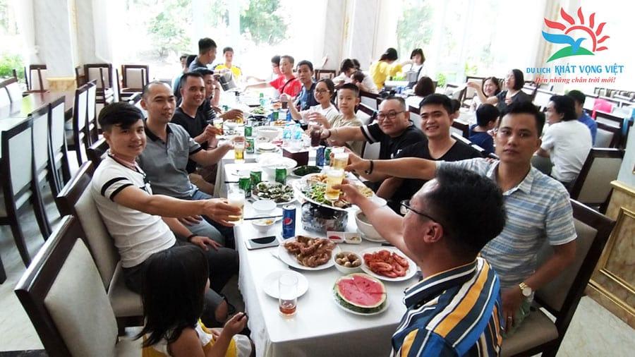 Đoàn dùng bữa tại khu nghỉ dưỡng