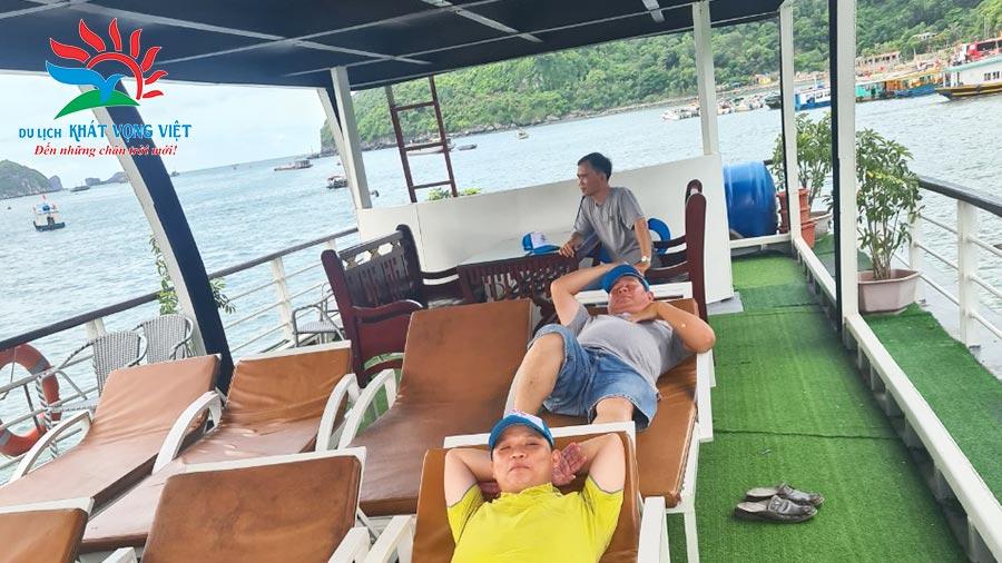 Phút giây thư giãn trên tàu