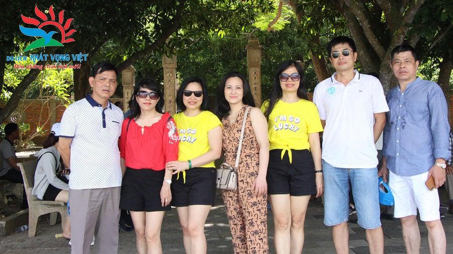 Các thành viên trong đoàn chụp ảnh lưu niệm