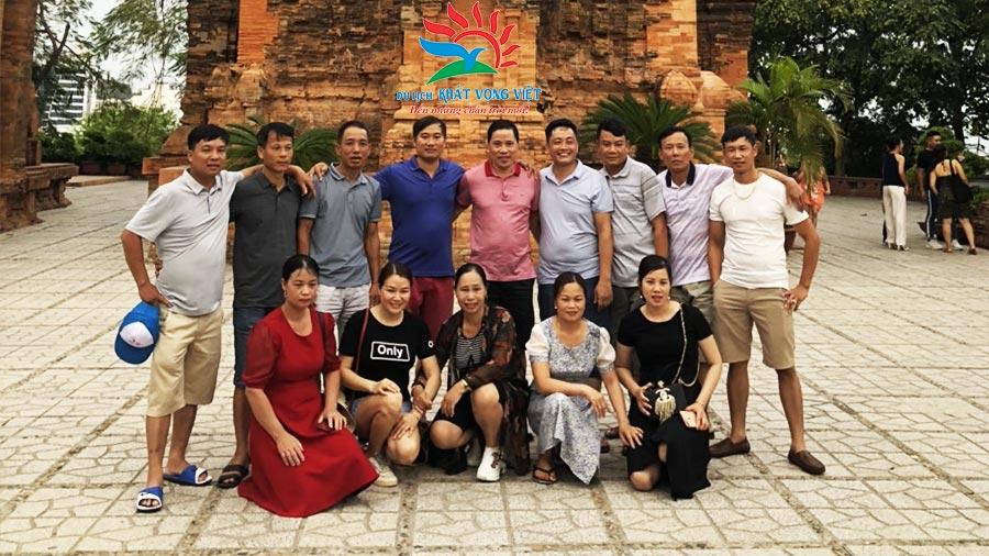 Đoàn chụp ảnh lưu niệm tại Tháp Bà Ponagar