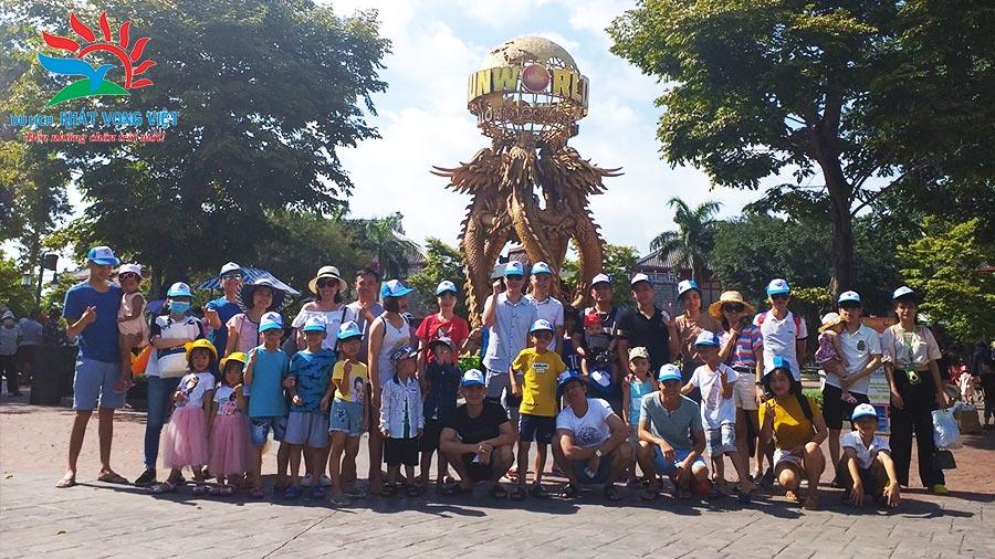 Đoàn khách du lịch Hạ Long