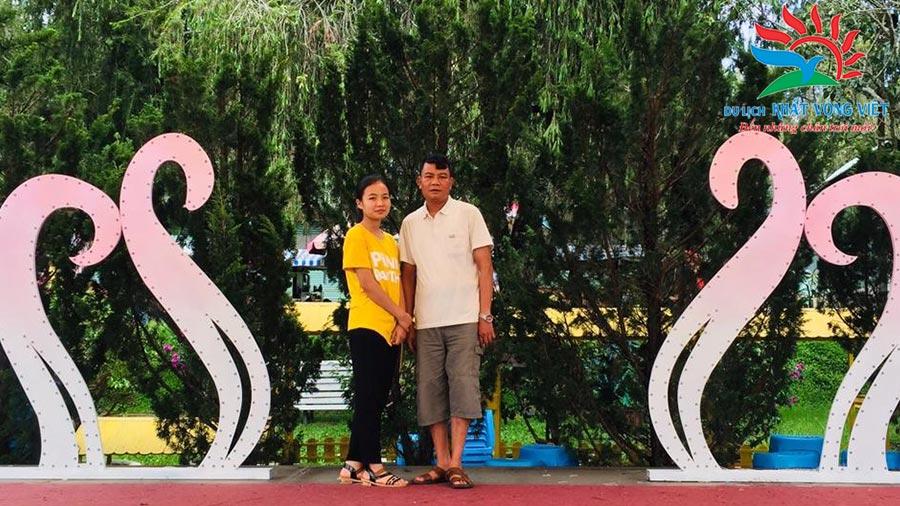 Chụp ảnh lưu niệm tại vườn hoa Đà Lạt
