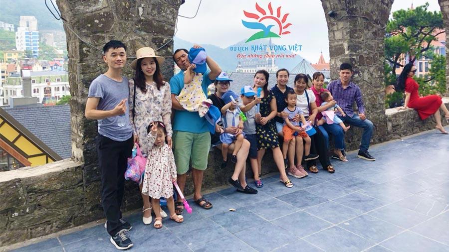Đoàn khách chụp ảnh lưu niệm tại Nhà thờ Đá Tam Đảo