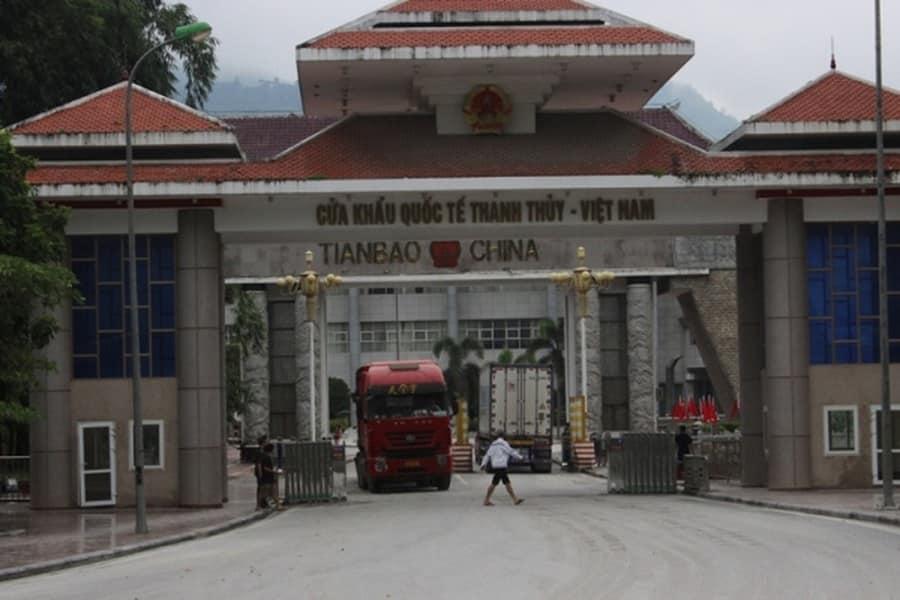Xe ô tô chở hàng qua Cửa Khẩu Thanh Thủy