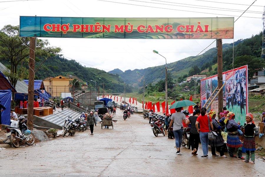 Du khách tham quan chợ Mù Cang Chải
