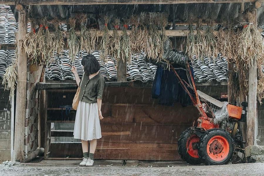 Khách du lịch chụp ảnh tại trấn cổ Phó Bảng